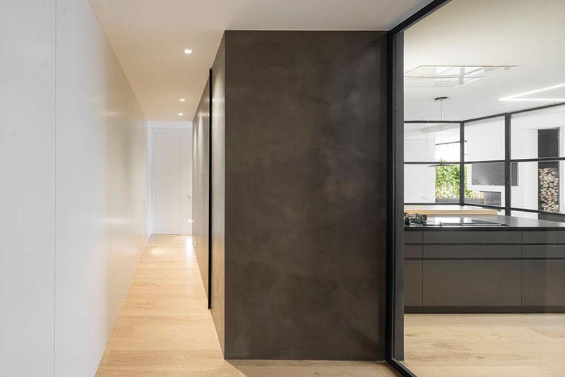 Minimalistisch toilet met zwarte muren interieur inrichting