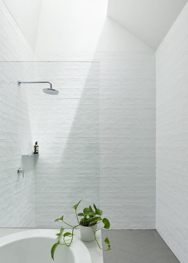 Minimalistische badkamers voorbeelden dakraam