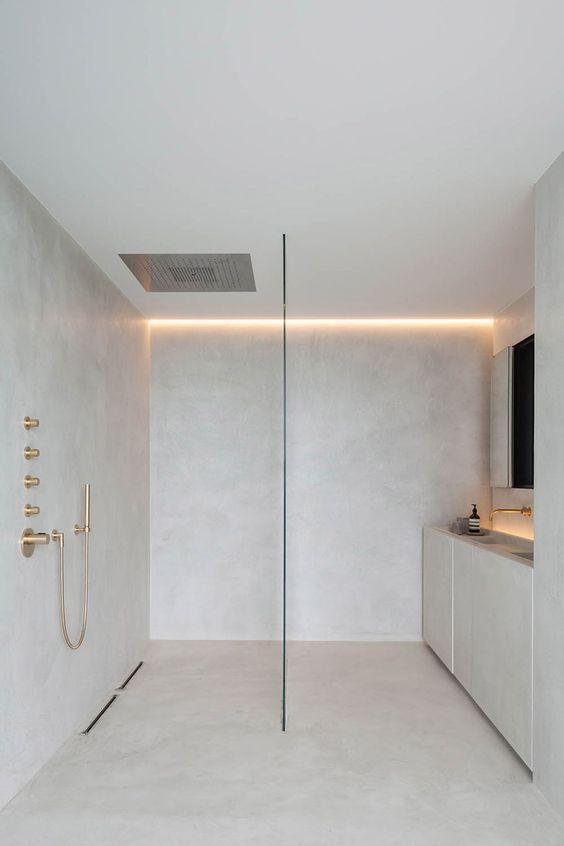Minimalistische badkamers voorbeelden gouden details