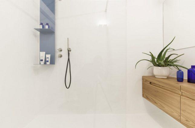 Minimalistische badkamers voorbeelden houten badkamermeubel