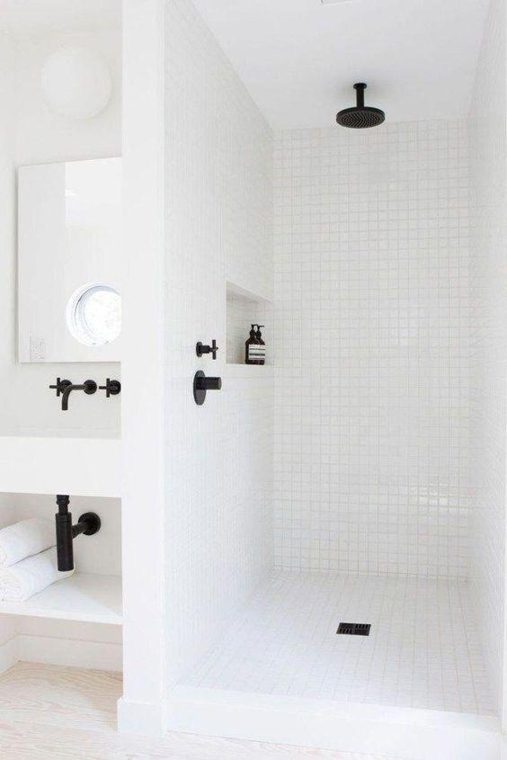 Minimalistische badkamers voorbeelden witte mozaïek tegels