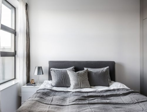 Minimalistische slaapkamer met grijs kleurenpalet