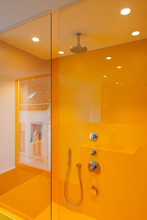Moderne badkamer met geel bad