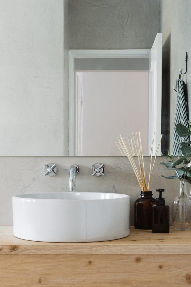 Moderne badkamer met houten accenten