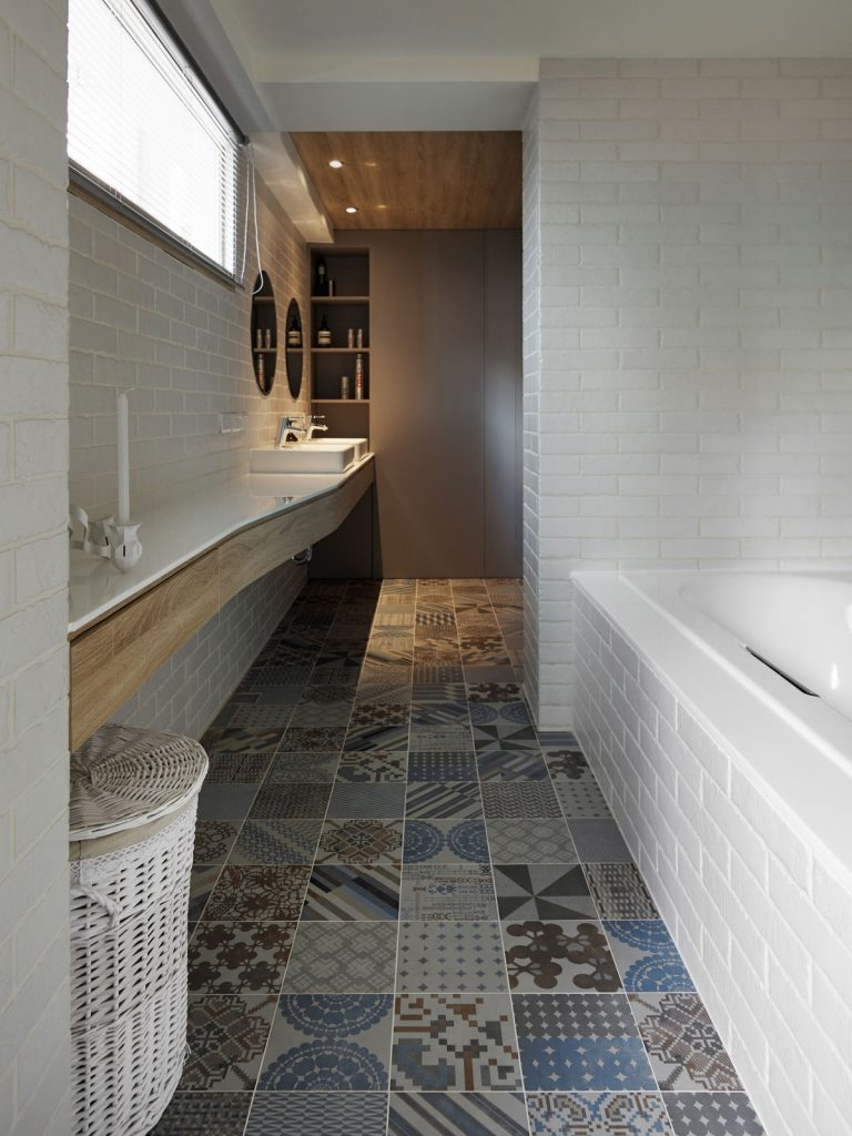 Moderne badkamer met patchwork tegels
