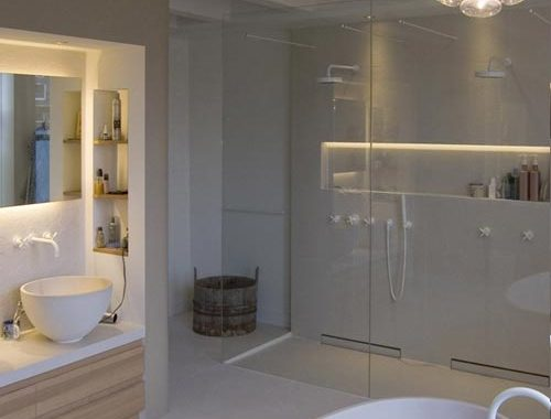 Moderne badkamer van monument aan keizersgracht