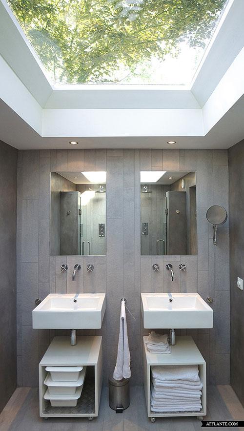 Moderne badkamer in voormalige kerk