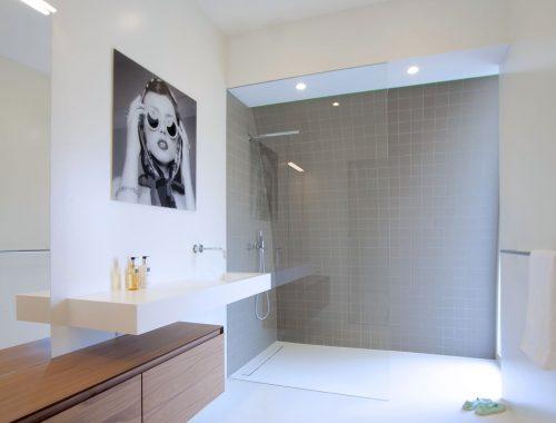 Moderne badkamer met witte gietvloer