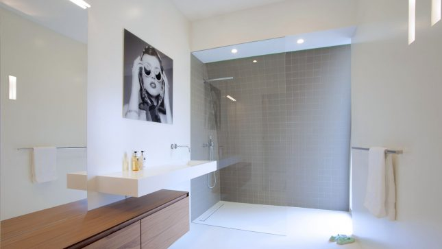 Moderne badkamer met witte gietvloer interieur inrichting - Moderne badkamer betegelde vloer ...
