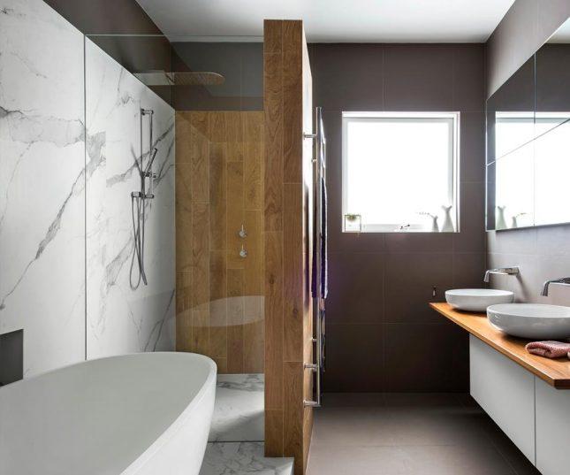 Moderne badkamers voorbeelden marmer en houtlook tegels