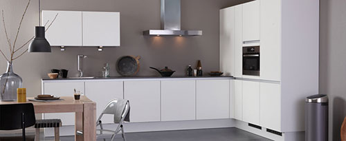 Greeploze Keuken Ikea : keuken vormt een mooi contrast met de donkergrijze keukenwand en