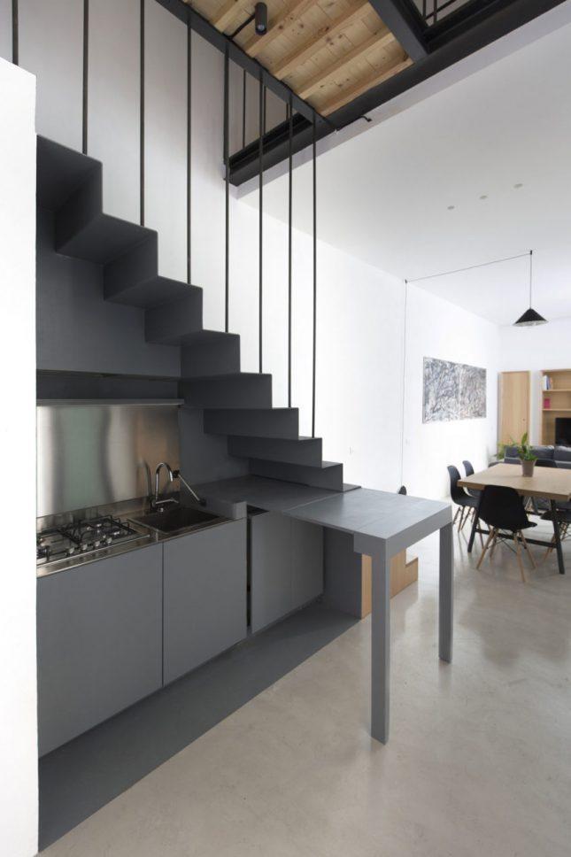 Moderne donkere keuken onder de trap