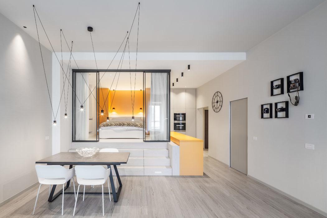 Moderne keuken met gele en taupe kasten