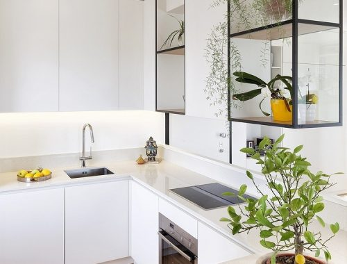 Moderne keuken met stoere vitrinekasten van staal en glas
