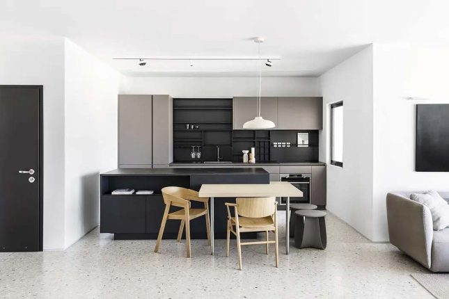 moderne keuken zwart keukeneiland geïntegreerde eettafel