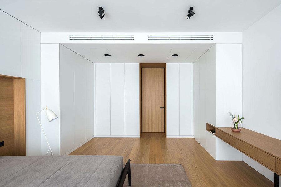 Moderne slaapkamer met inloopkast en werkplek