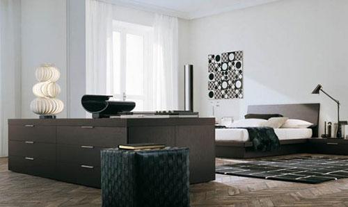 Mooie slaapkamer met witte muren en een prachtige houten vloer gelegd ...
