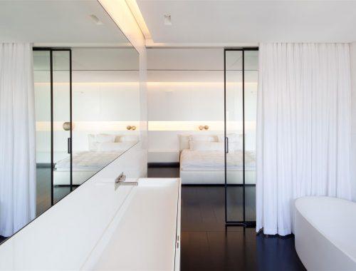 Moderne strakke slaapkamer door Pitsou kedem architecten