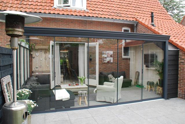Een moderne veranda met een terrasoverkapping