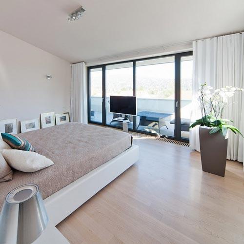 Moderne villa slaapkamer met grote inloopkast interieur for Villa moderne interieur