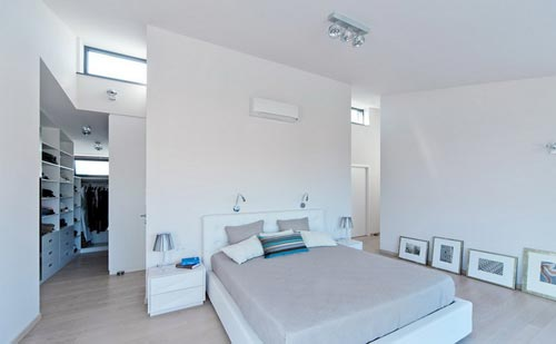 Moderne villa slaapkamer met grote inloopkast