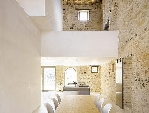 Moderne woonkamer met bakstenen muur