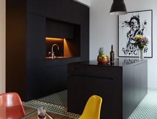Moderne woonkeuken met kookeiland en ronde eettafel