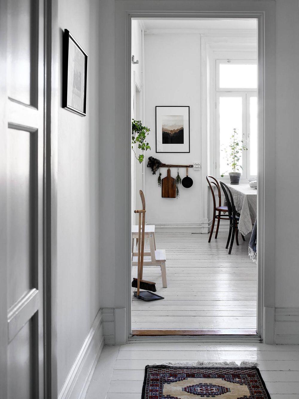 Mooi ingerichte Scandinavische hal met werkplek