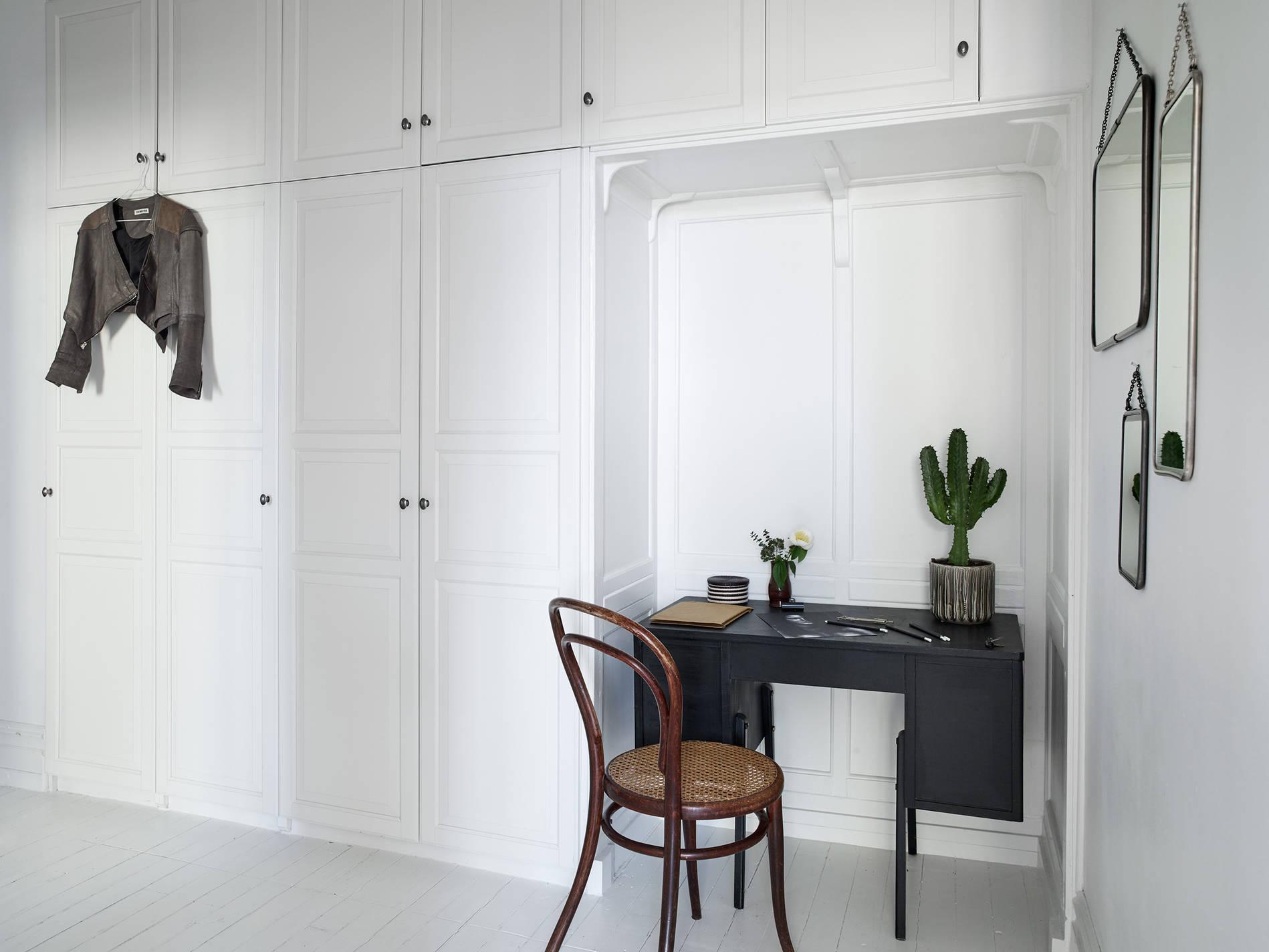 Mooi ingerichte scandinavische hal met werkplek interieur inrichting