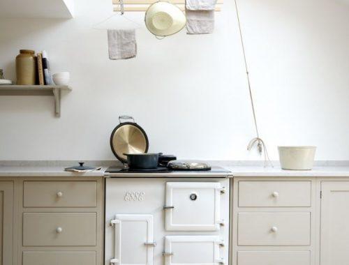 Mooi keuken ontwerp met harmonicadeuren naar de tuin