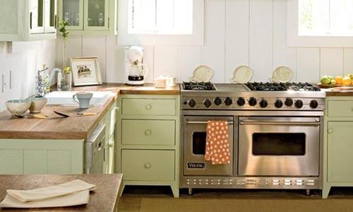 Groene Tegels Keuken : Landelijk groen, gecombineerd met een grote rvs fornuis en een houten