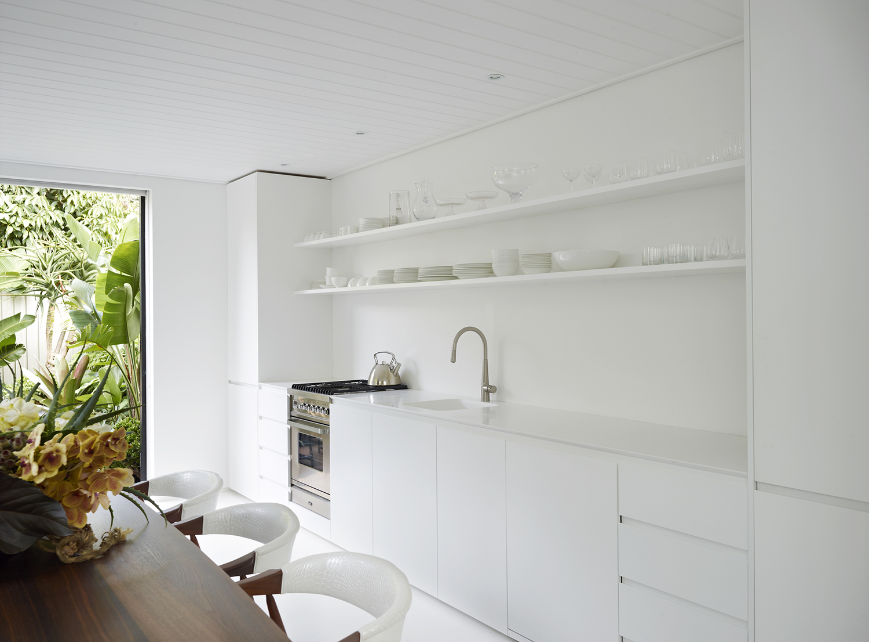 Mooie witte keuken met heel veel lichtinval