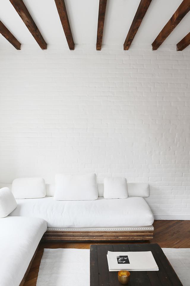 Mooie woonkamer in hoekappartement van wellness guru Daphne