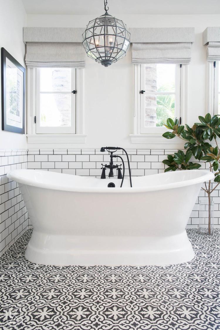 Mooie zwart wit klassieke badkamer interieur inrichting for Badkamer artikelen