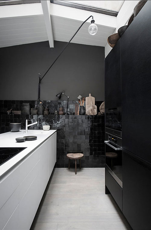 Zwart Wit Keuken : mooi voorbeeld van met zwarte keukenkasten en zwarte muren het is