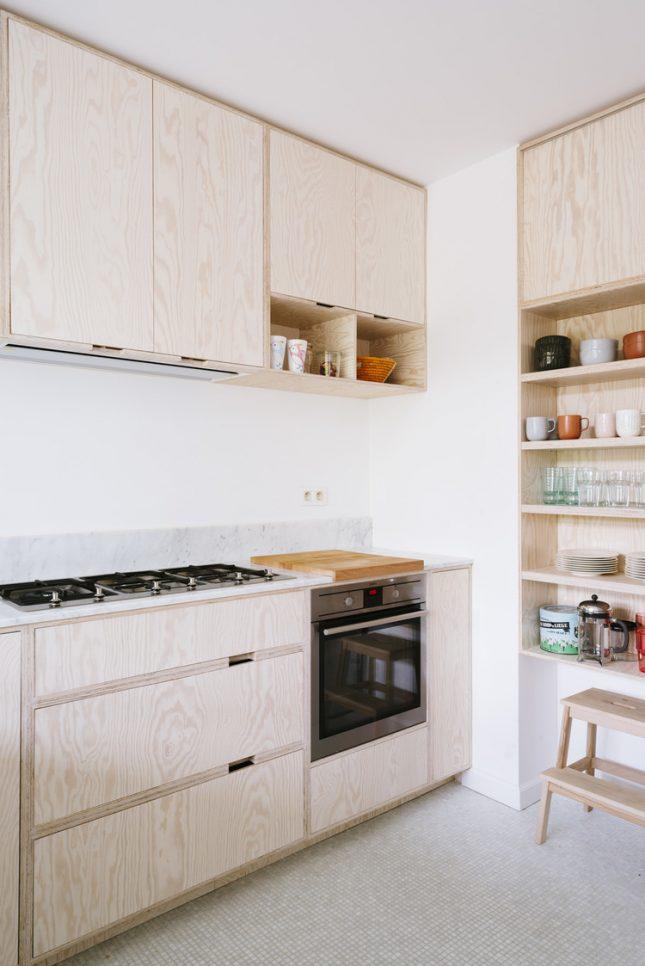 Een stoere multiplex keuken met een wit marmer keukenblad. Klik hier voor meer foto's.