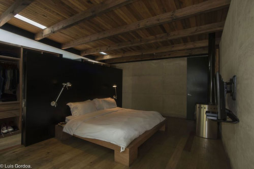 slaapkamer, slaapkamer ideeën, stoere slaapkamer, natuurlijke slaapkamer, hout en beton, betonnen muren, houten vloer, hout en beton, stoere uitstraling, inloopkast, scheidingswand, houten slaapkamer meubelen