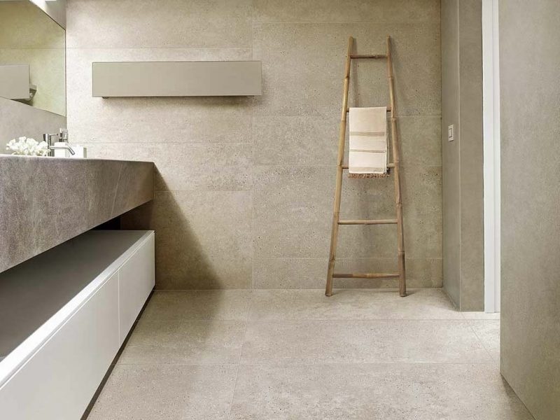 Prachtige natuurlijke tegels uit de collectie van CERIM in deze super mooie serene badkamer.
