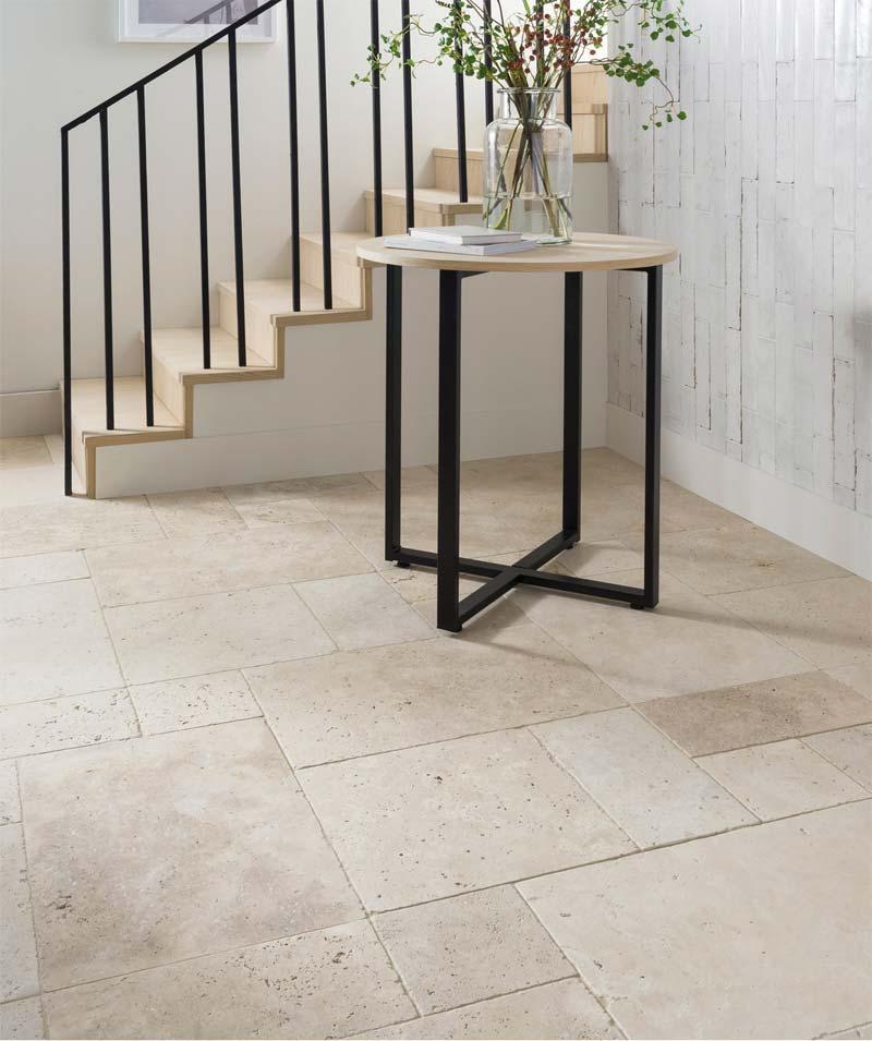 De getrommelde modulaire travertijn tegels op de vloer geven deze hal een mooie rustieke uitstraling. Bron: Toppstiles.co.uk