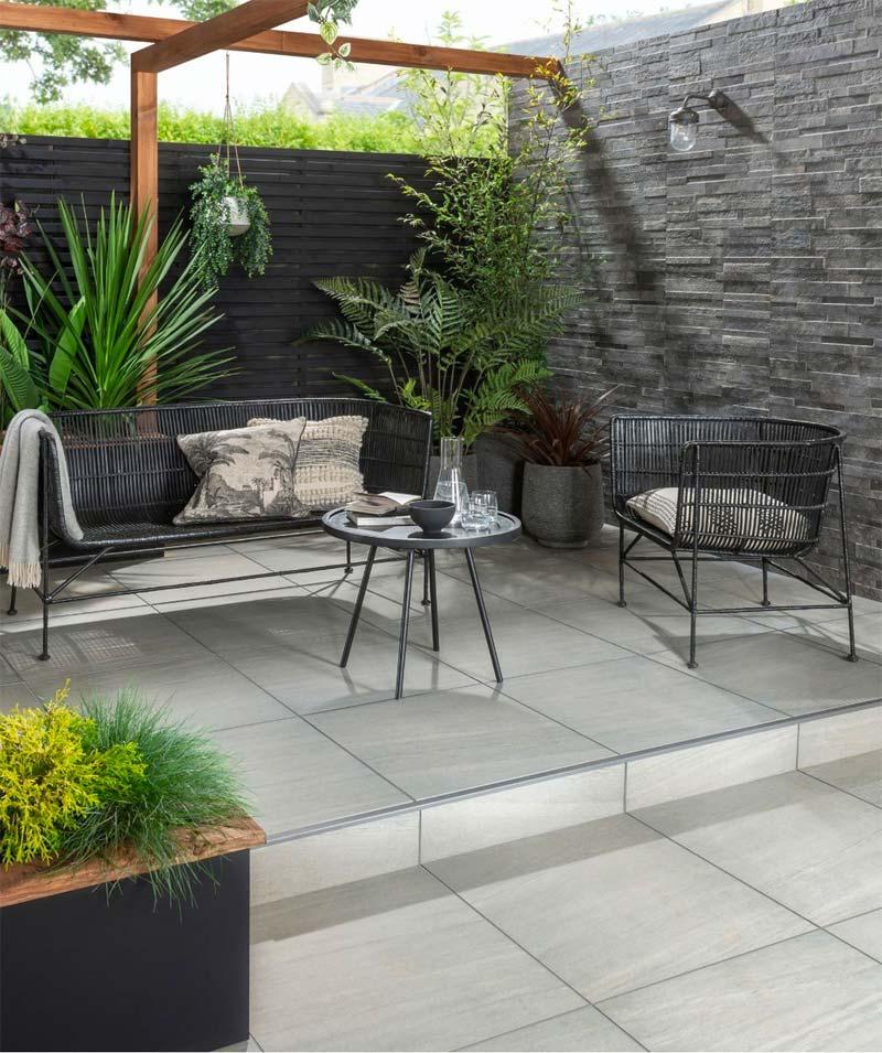 In deze tuin is er gekozen voor de Everscape™ Zandsteen Grey Outdoor Tile - gespecialiseerde 2 cm diepe buitentegels met een samensmelting van 'voor altijd' en 'landschap' belichaamd in de geest ervan.