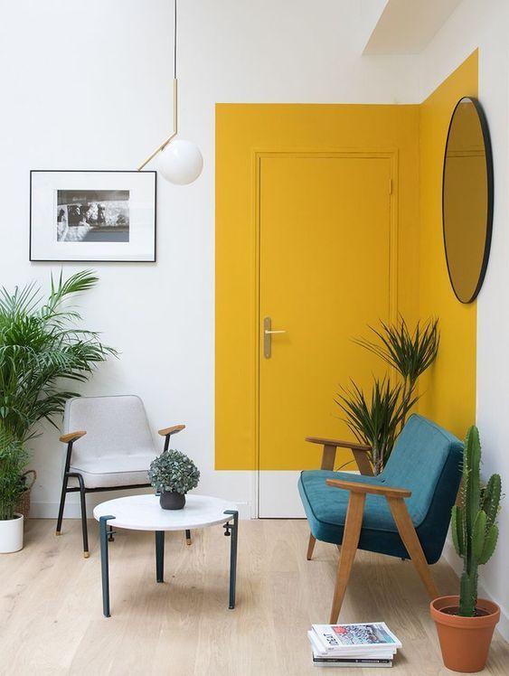 Okergeel interieur - okergele deur