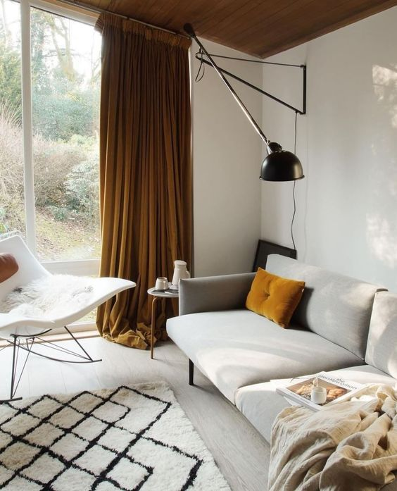 Okergeel interieur - okergele gordijnen