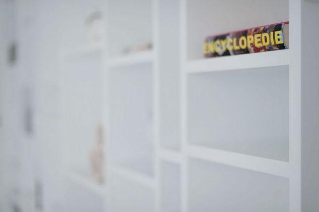 Op maat gemaakte open witte wandkast  Interieur inrichting