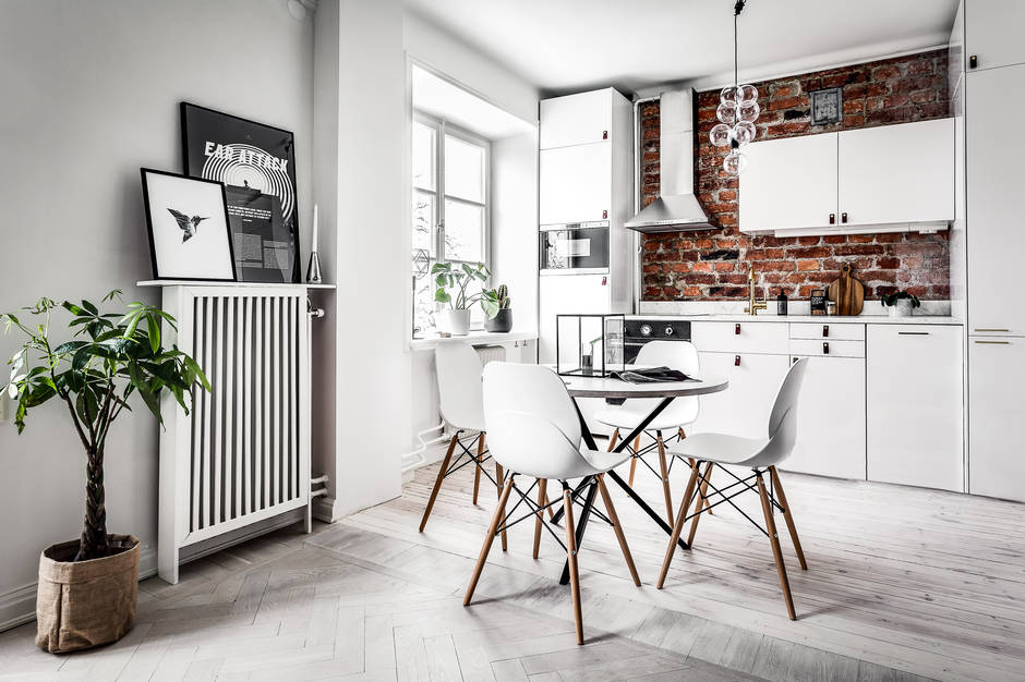 Klein appartement met een grote glazen wand als blikvanger