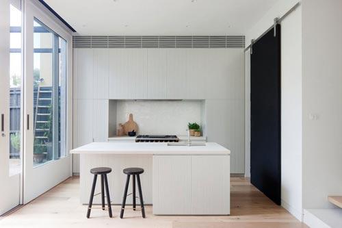 Ikea Keuken Met Bar : De stijl van de lichte keukenkasten doet denken aan smalle houten