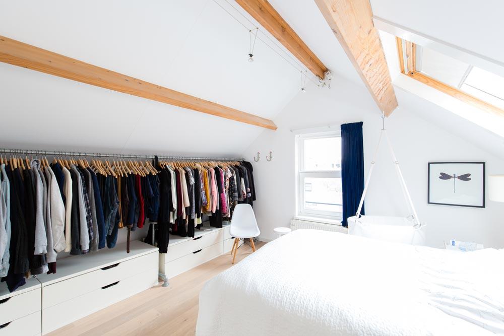 open kledingkast onder schuin dak