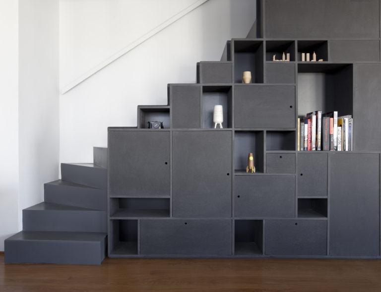 Open trap met trapkast in de woonkamer