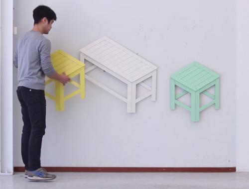 Opgevouwen meubels als kunstwerk aan de muur
