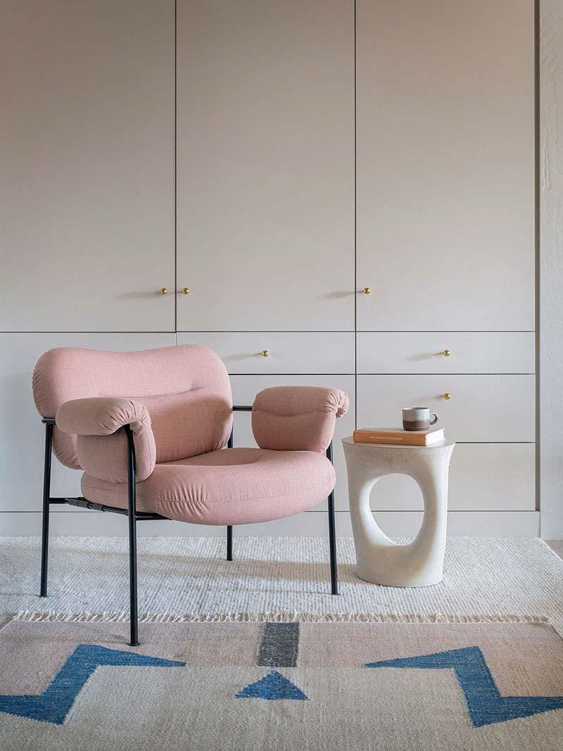 oud roze stoel