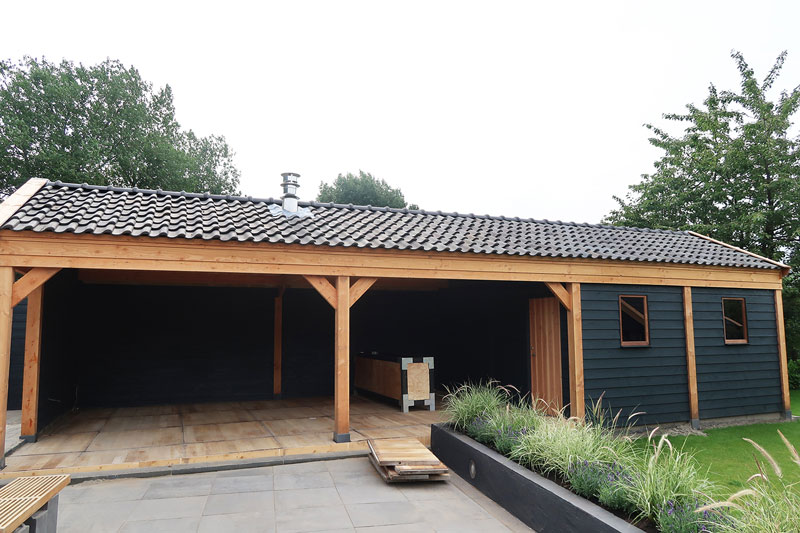 Marlou van Followfashion.nl koos voor een overdekt steenschotten terras in haar mooie tuin. Klik hier voor meer foto's.